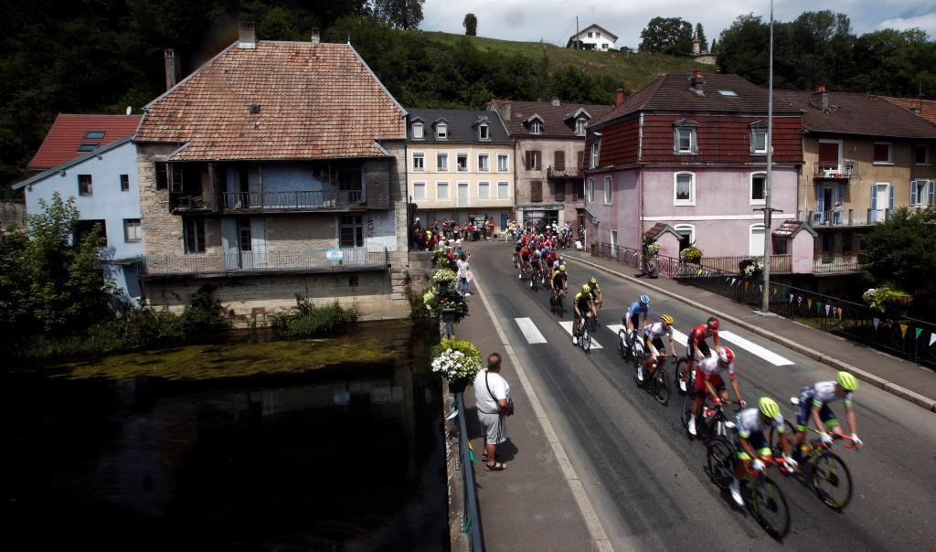 Chalon Sur Saone (France), 12/07/2019.- The pack in action during the 7th stage of the 106th edition of the <HIT>Tour</HIT> de France cycling race over 230km between Belfort and Chalon sur Saone, France, 12 July 2019. (Ciclismo, <HIT>Francia</HIT>) EFE/EPA/YOAN VALAT