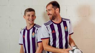 Míchel y Toni Villa luciendo la nueva equipación del Valladolid