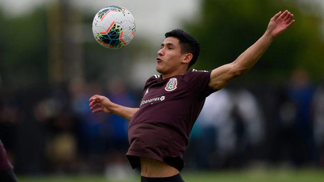 Uriel Antuna en un entrenamiento con la selección mexicana.