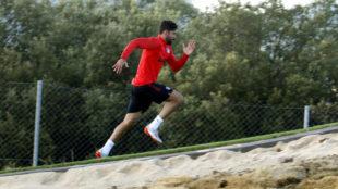 Diego Costa haciendo un sprint en una cuesta.