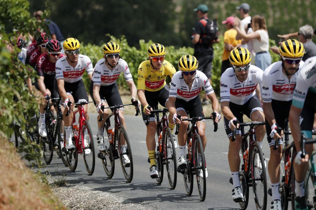 Saint Etienne (France), 13/07/2019.- Italys Giulio Ciccone (C) of Trek Segafredo team, wearing the overall leader yellow jersey, in action among the pack of riders during the 8th stage of the 106th edition of the <HIT>Tour</HIT> de France cycling race over 200km between Macon and Saint-Etienne, France, 13 July 2019. (Ciclismo, <HIT>Francia</HIT>, Italia) EFE/EPA/GUILLAUME HORCAJUELO