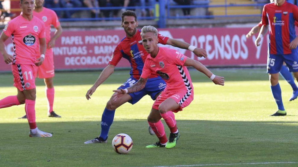 Sergio Gil, con el balón, por delante de Fausto Tienza en el partido...