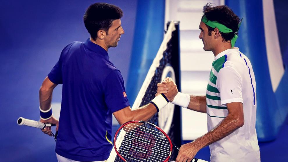Djokovic y Federer se saludan al terminar un partido.