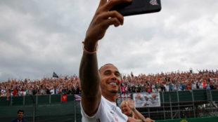 Hamilton, haciéndose un 'selfie' con el público de Silverstone.
