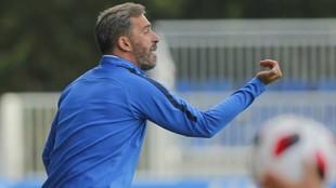 Jon Pérez Bolo da instrucciones a sus jugadores durante un partido