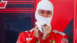 Vettel, en el box de Ferrari antes de la calificación.