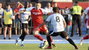 Ocampos trata de superar a un rival.