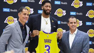 Anthony Davis, con su nueva camiseta de los Lakers.