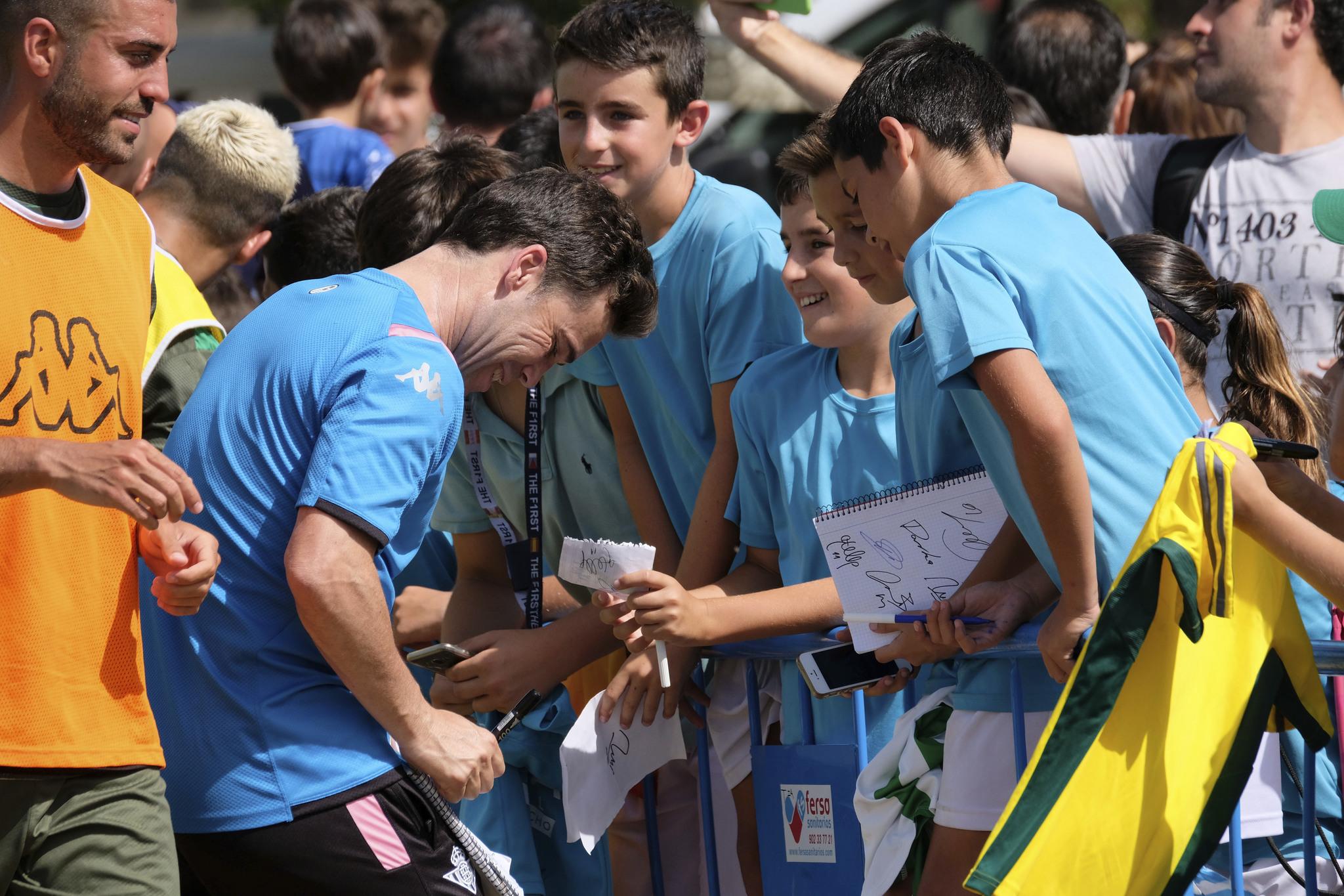Rubi, firmando autógrafos en Montecastillo