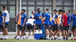 Los jugadores del Athletic se refrescan durante un entrenamiento.