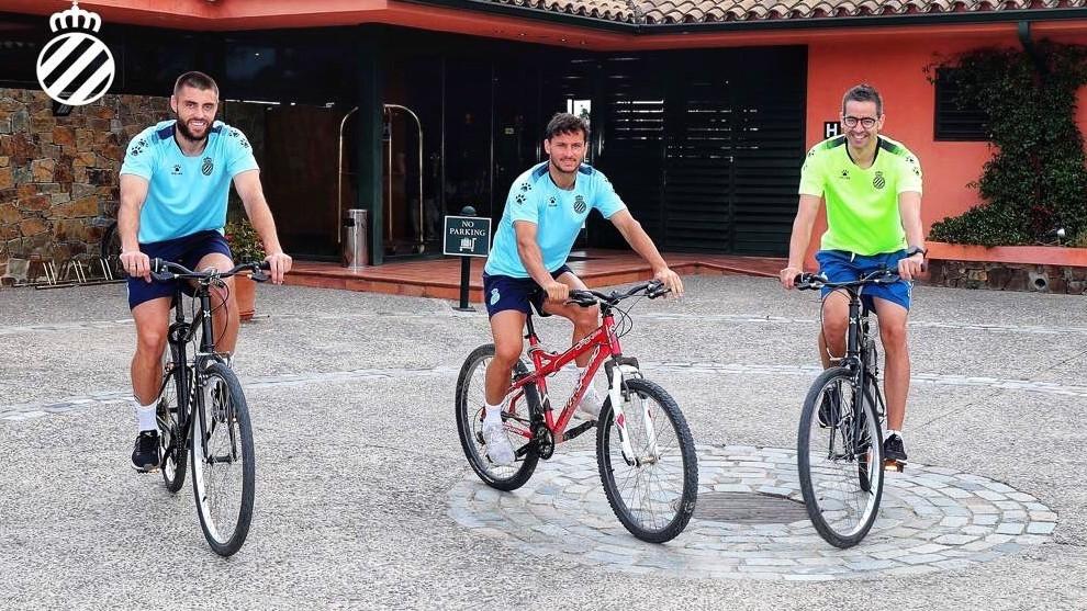 David López y Piatti, junto a un fisio, en la bicicleta.