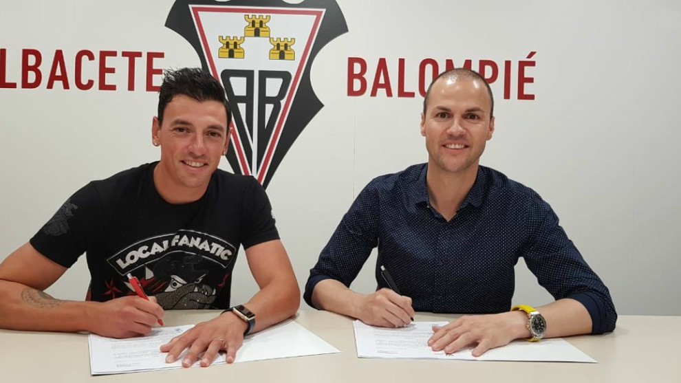 Gorosito firma su renovación ante Víctor Varela
