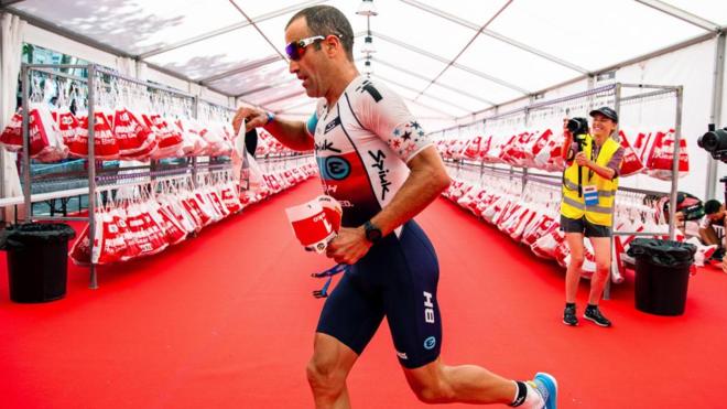 El triatleta Eneko Llanos durante su participación en el Iroman de...