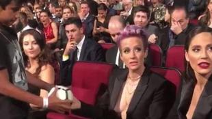 El gesto de Megan Rapinoe con un niño que critican en Estados Unidos.