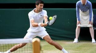 Djokovic devuelve un revés en la final.