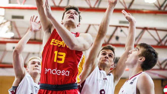 Sergi Martínez intenta anotar entre tres jugadores letones