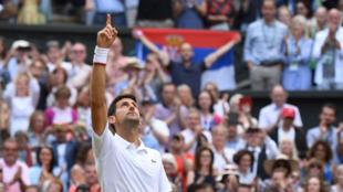 Novak Djokovic celebra su quinto título en Wimbledon