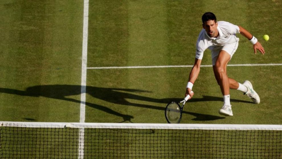 Djokovic devolviendo una complicado bola.