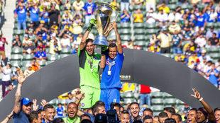 Jesús Corona y Julio César Domínguez levantan el trofeo