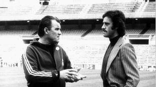 Miljanic y Del Bosque charlan sobre el césped del Santiago Bernabéu.