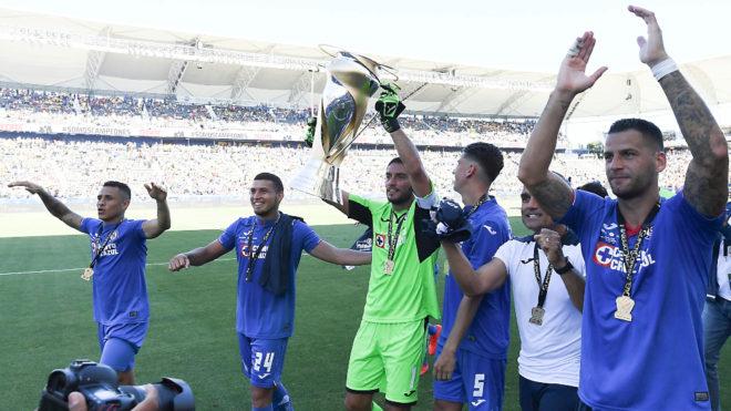 Cruz Azul celebrando la conquista de la Supercopa MX.