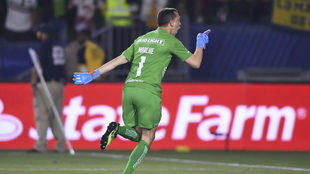 Marchesín celebra tras anotar el penalti decisivo.