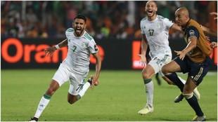 Mahrez celebra su gol de falta contra Nigeria.