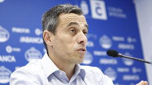 Carmelo Del Pozo, brindando declaraciones en conferencia de prensa.