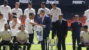 Dani Parejo entrega una camiseta conmemorativa a S. M. el rey Felipe...