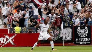 Jeremie Bela celebra su gol al Mallorca en el partido de...