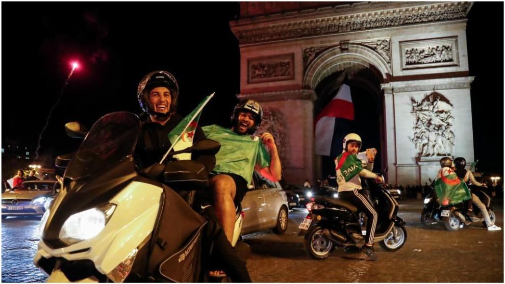 Los argelinos celebran el pase a la final en el Arco del Triunfo.
