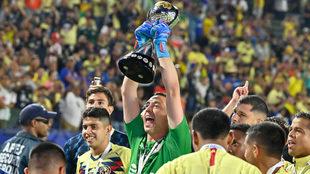 Marchesín levanta el trofeo de Campeón de Campeones.