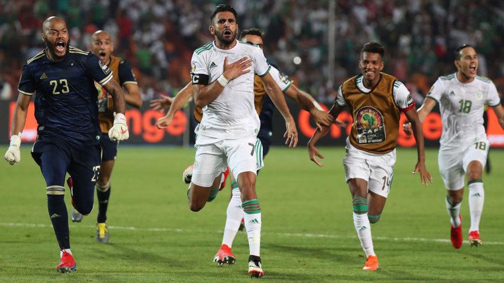 Riyad Mahrez, celebra el gol del pase a la final en la Copa de África...