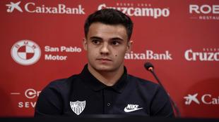 Reguilón (22), en su presentación como nuevo jugador del Sevilla.