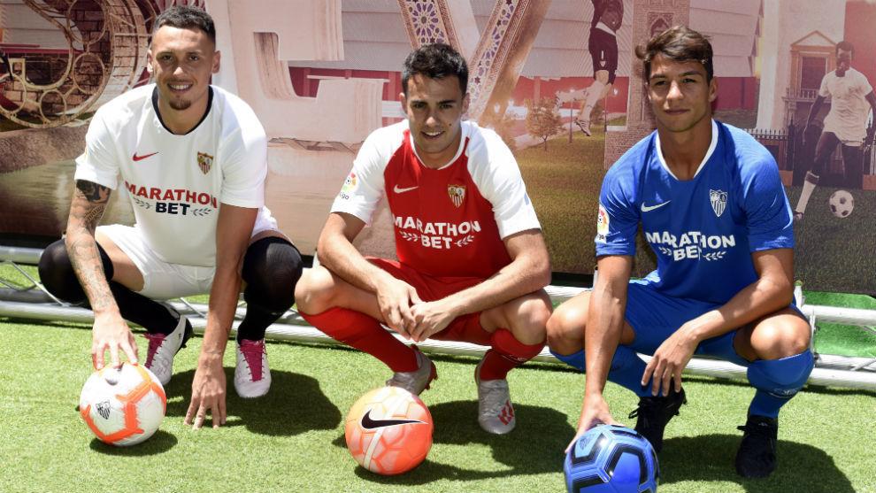 Ocampos (25), Reguilón (22) y Torres (24) posan con las tres...