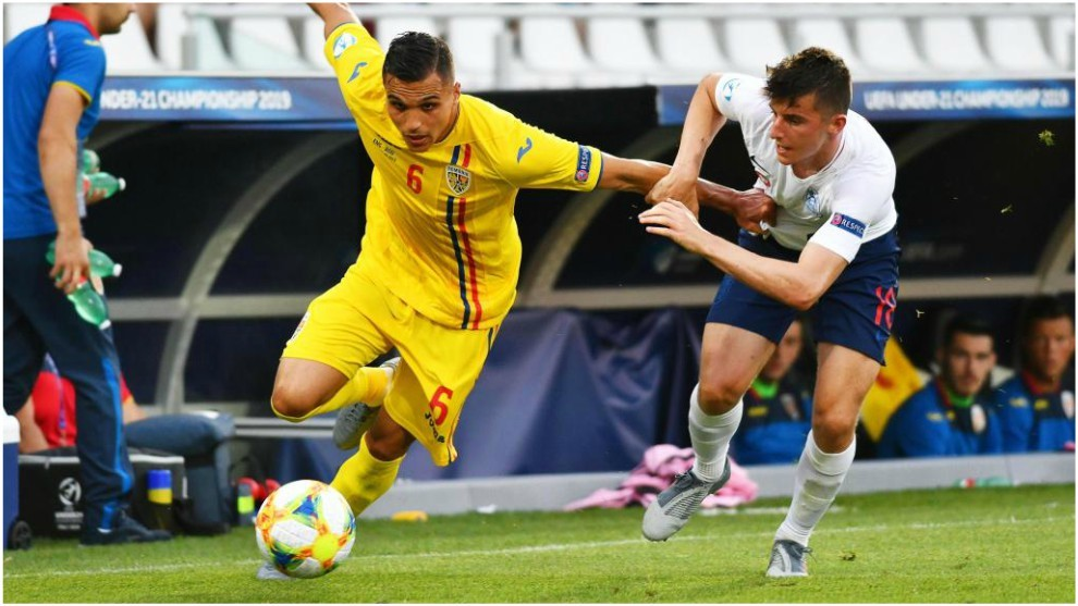 Mount disputa un balón con el rumano Manea durante el Europeo sub 21.
