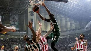 Thanassis Antetokounmpo hace un mate en un partido ante el Olympiacos.