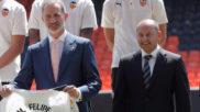 El presidente del Valencia, Anil Murthy, junto al rey Felipe VI
