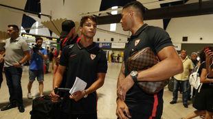Óliver Torres (24) y Diego Carlos (26) conversan en el aeropuerto de...