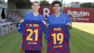 Frenkie de Jong and Carles Alena pose with their new shirt numbers.