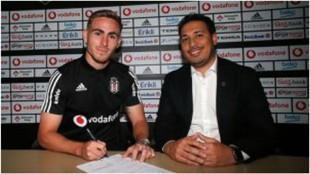 Tyler Boyd firmando su contrato con el Besiktas.