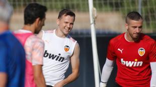 Cheryshev, junto a Jaume y Parejo en la sesión de entrenamiento...