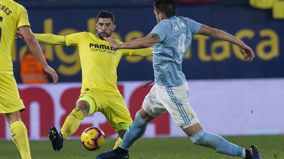 Álvaro González corta un balón ante Maxi Gómez.
