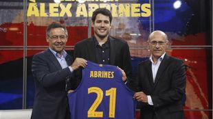 Álex Abrines,en su presentación con el Barça, junto a Josep María...