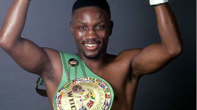 Whitaker con el título de campeón del Consejo Mundial de Boxeo.