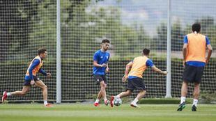 Peru Nolaskoain cond uce el balón en un entrenamiento.