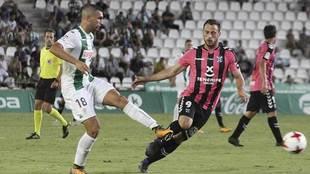 Josema, ante Malbasic, en un Córdoba-Tenerife de la Copa del Rey