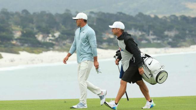 Brooks Koepka, junto a su caddie Ricky Elliott en el US Open.