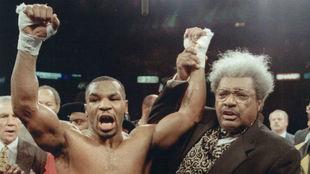Mike Tyson junto al promotor Don King.