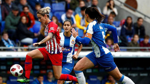 Angela Sosa, del Atlético disputa el balón frente a la defensa del...